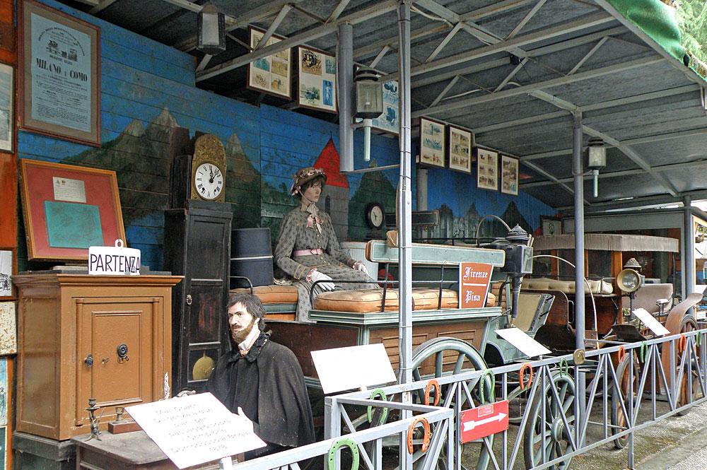 Ausstellungsstücke im Freiluftmuseum zur Geschichte des Transports in Ranco