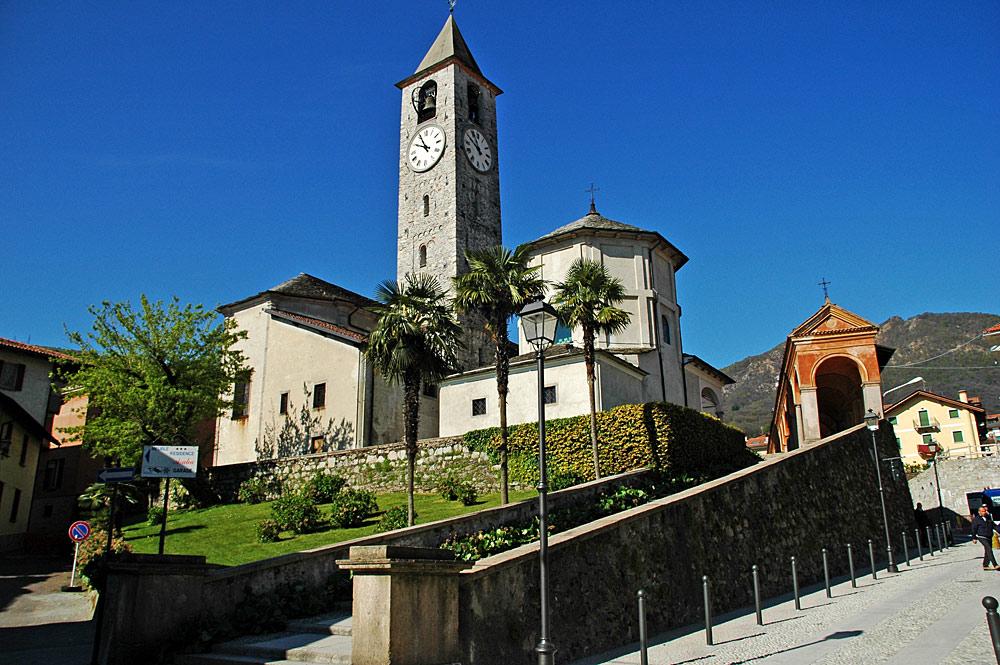 Blick auf die Fassade der Kirche Santi Gervasio e Protasio in Baveno
