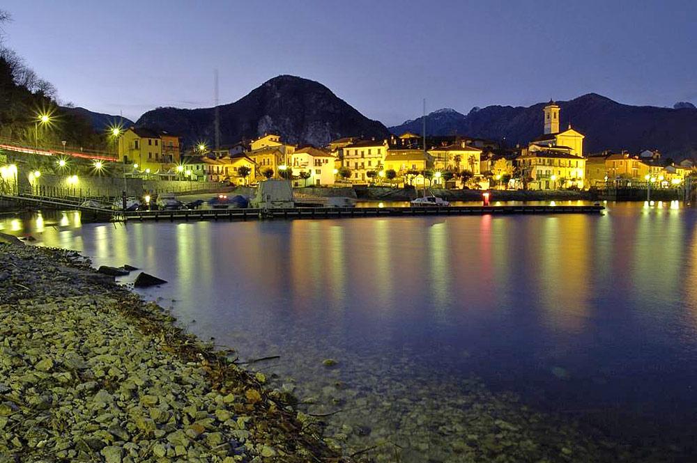 Blick auf den nächtlichen Hafen von Feriolo bei Baveno