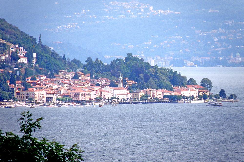 Panoramablick auf Belgirate am Ufer des Lago Maggiores