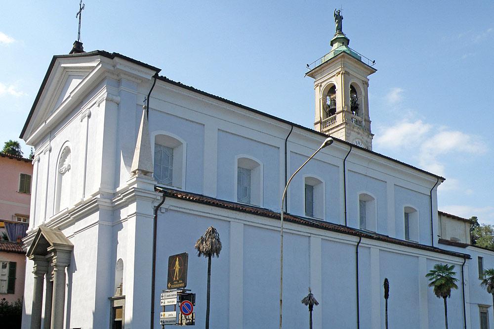 Außenansicht der Pfarrkirche von Belgirate