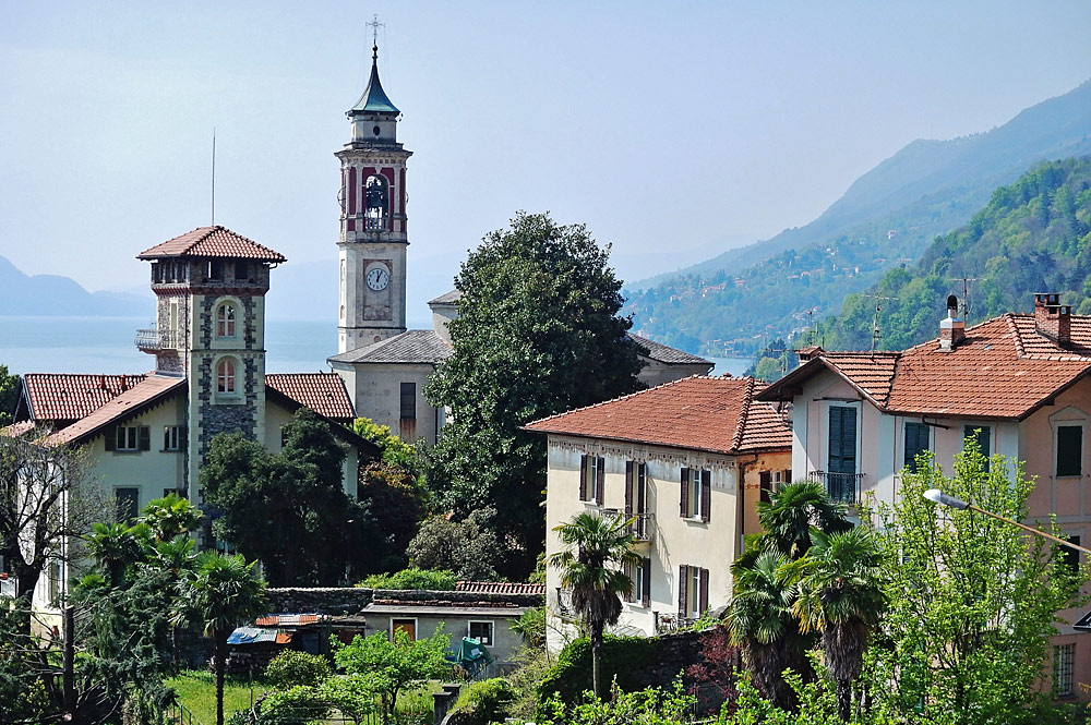 Die Pfarrkirche San Giorgio mitten in Cannero Riviera