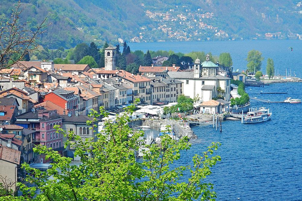 Blick auf die Altstadt und den Hafen von Cannobio am Lago Maggiore