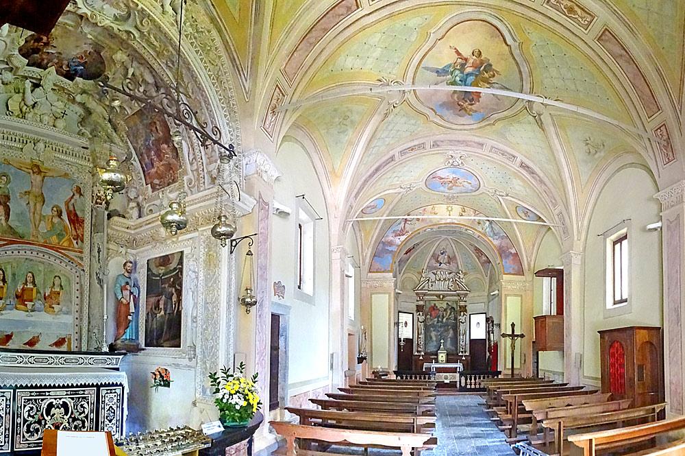 Innenraum der Heiligen-Dreifaltigkeits-Kapelle mit Fresken bei Ghiffa