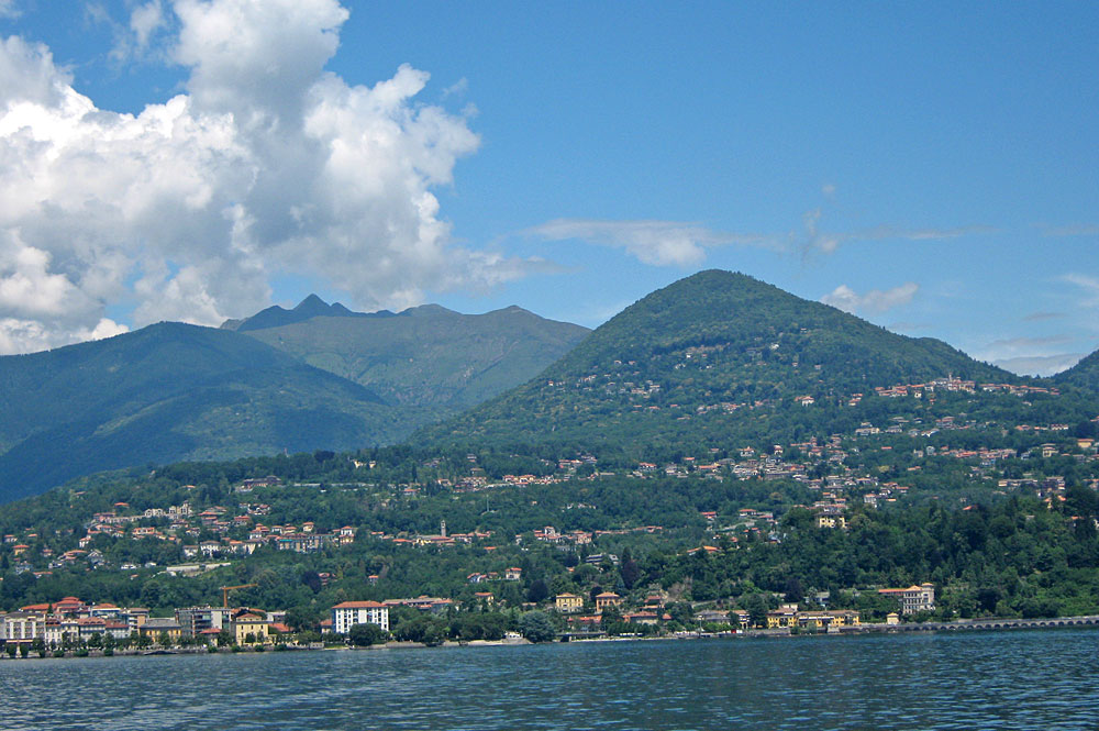 Blick vom Lago Maggiore auf Verbania und den Monte Zeda