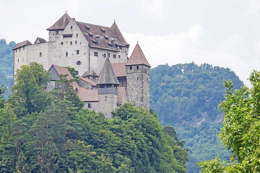 Blick von Nordosten auf Burg Gutenberg in Balzers