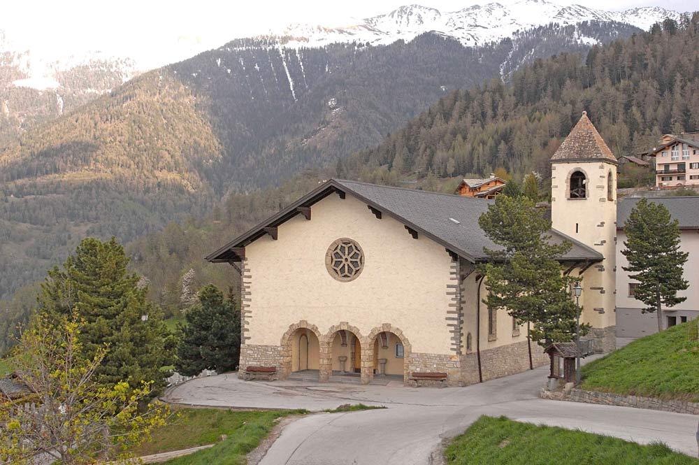 Blick auf eine Bergkirche in Haute-Nendaz