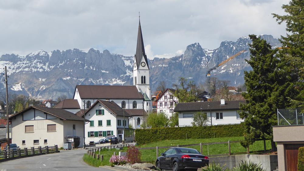 Blick auf Eschen und den Alpstein im Hintergrund