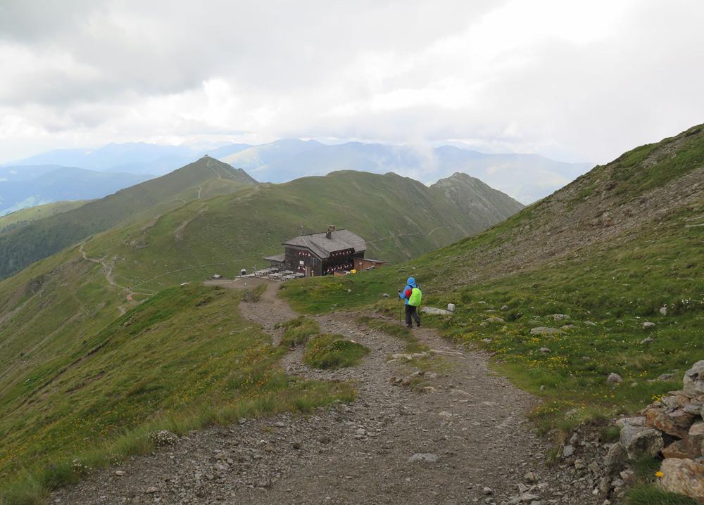 Wanderer auf dem Weg zur Sillianer Hütte
