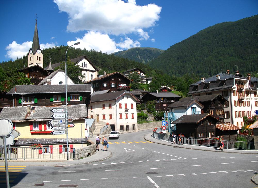 Blick auf die Bahnhofstraße in Fiesch