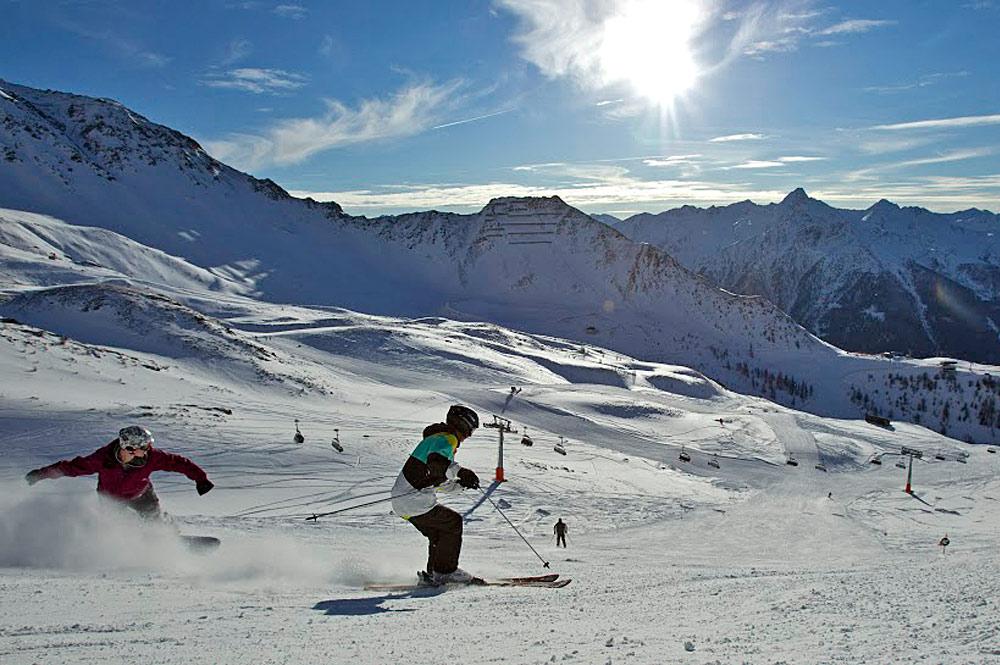 Skifahrer auf einer Piste in Matrei im Großglockner Resort