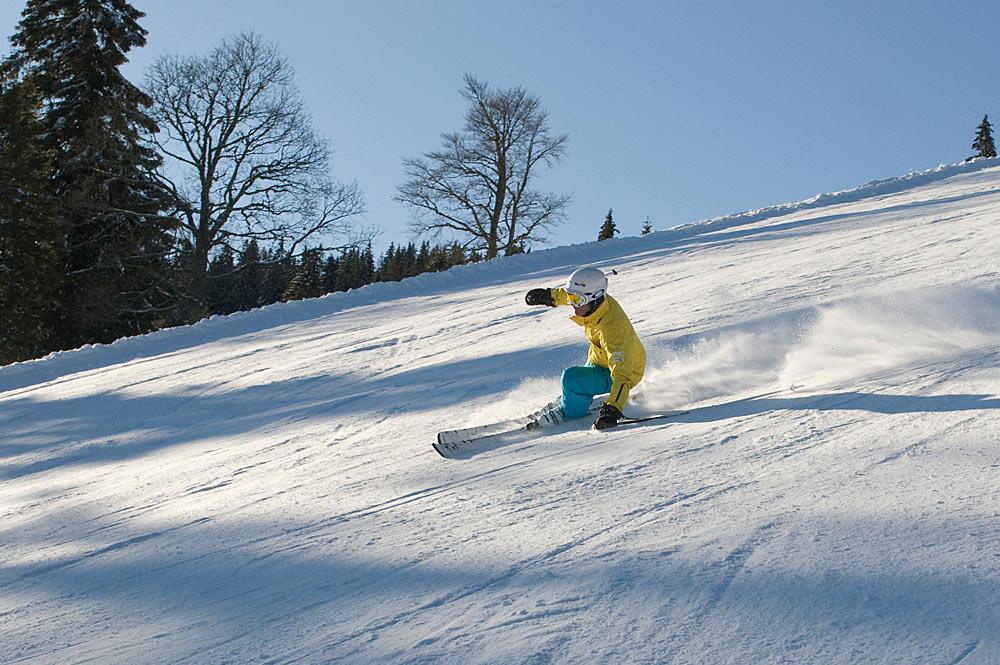Skifahrer bei der Abfahrt am Feldberg