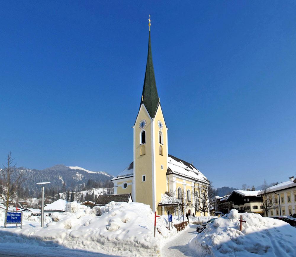 Außenansicht der Pfarrkirche St. Peter und Paul in Kössen