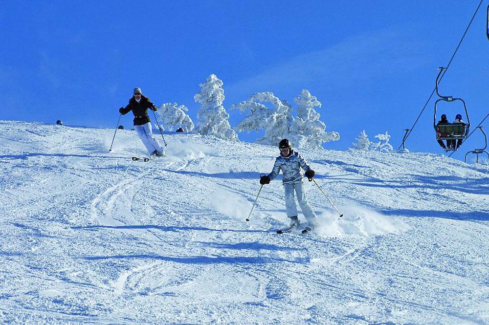 Skifahrer auf einer Piste im Skigebiet Hochkössen