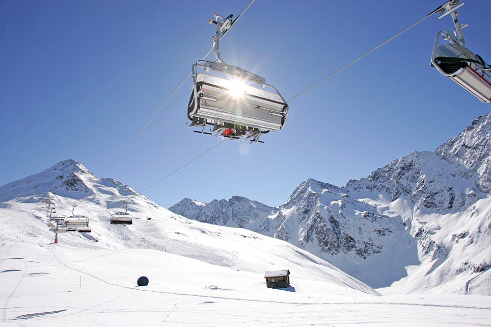 Sessellift und Piste im Skigebiet Brunnalm