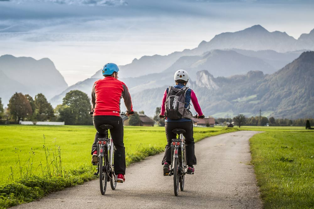 Paar bei einer Radtour im Brixental