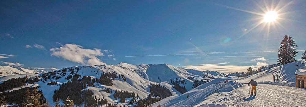 Skifahrer im Skigebiet Kitzbühel und Kirchberg