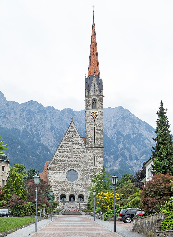 Außenansicht der Pfarrkirche St. Laurentius in Schaan
