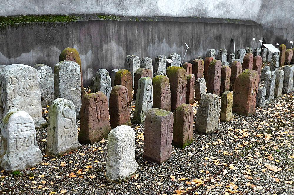 Grenzsteine an der Ringmauer von St. Arbogast in Muttenz