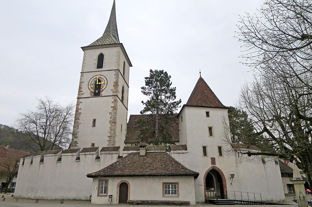 Außenansicht der Wehrkirche St. Arbogast in Muttenz