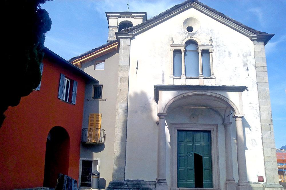 Außenansicht der Kirche Santi Pietro e Paolo in Brissago