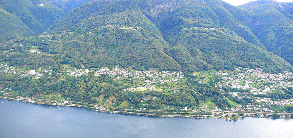 Luftaufnahme von Gambarogno am Ufer des Lago Maggiore