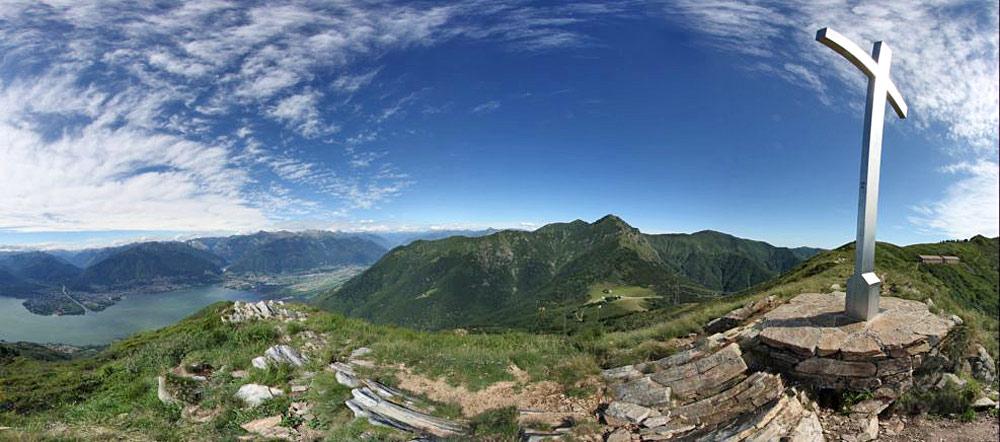 Panoramaaufnahme des Monte Gambarogno mit Gipfelkreuz