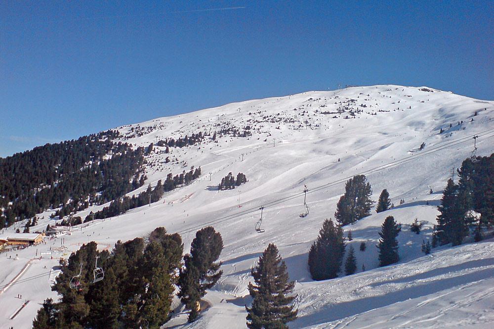 Blick auf Lifte und Pisten im Skigebiet Hochzeiger