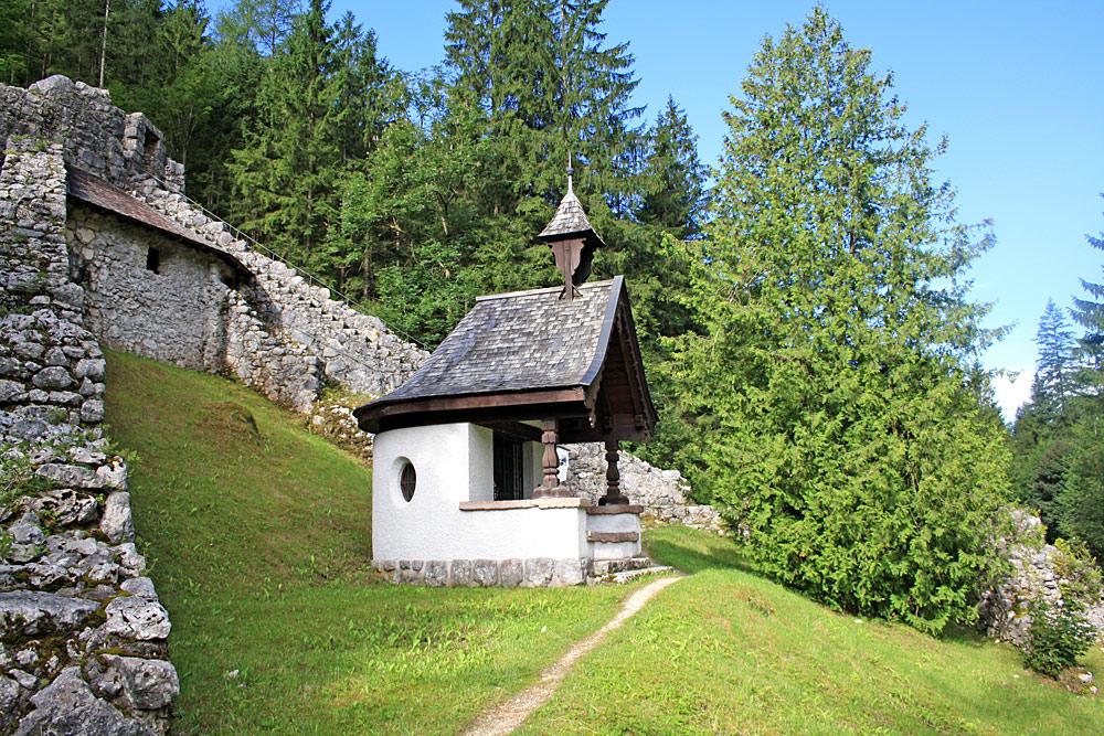Befestigungsanlage Pass Strub mit Kapelle bei Waidring