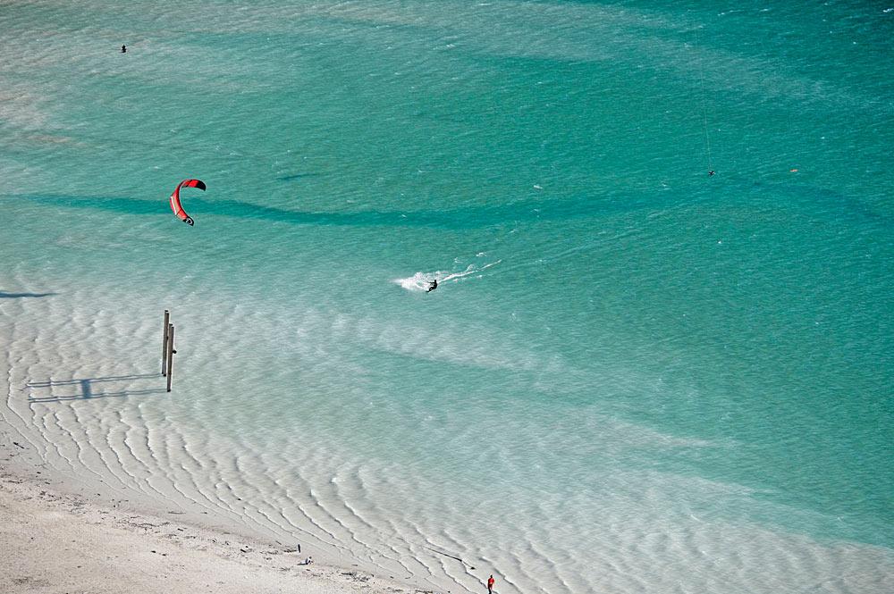 Luftaufnahme des Badestrands Buchau am Achensee mit Kitesurfern und Badegästen