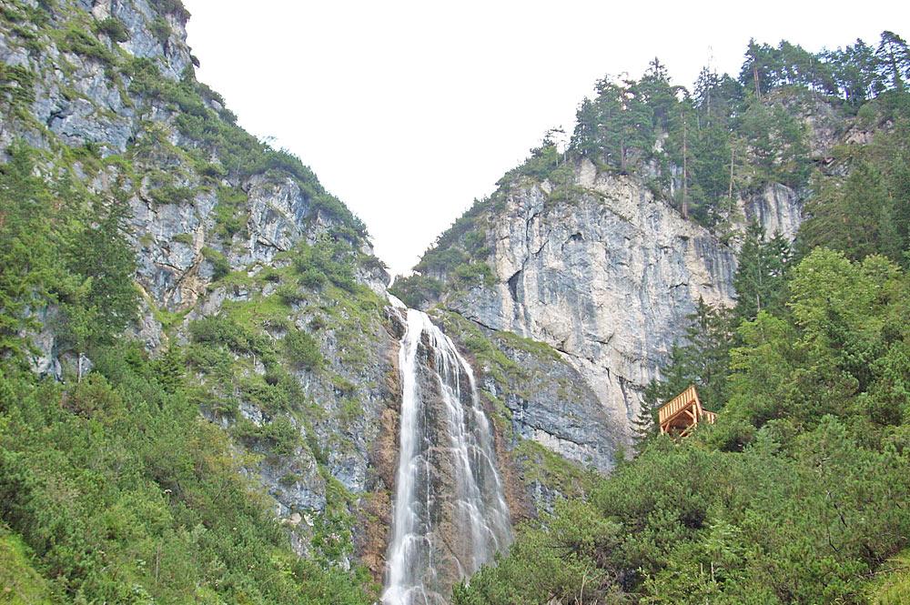 Blick von unten auf die Aussichtsplattform und den Dalfazer Wasserfall bei Maurach-Eben