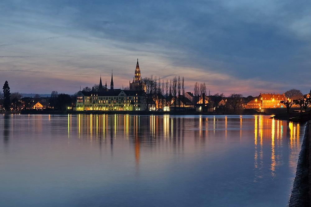 Blick vom Bodensee auf Konstanz bei Nacht