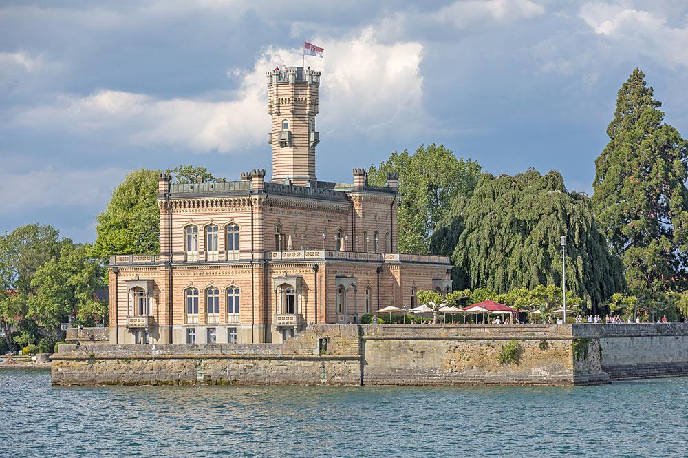 Blick auf Schloss Montfort in Langenargen am Bodensee