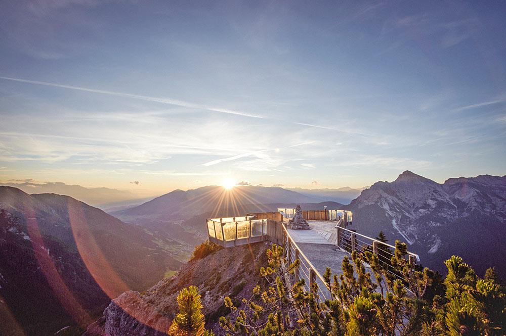 Blick auf die Aussichtsplattform Stubaiblick im Wandergebiet Schlick 2000