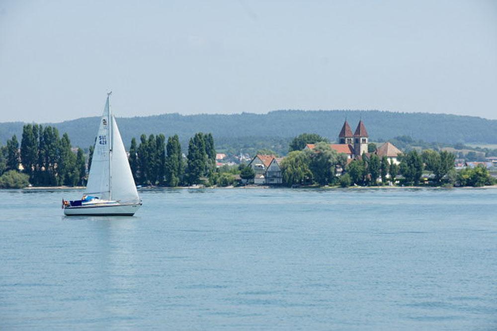Blick auf den Ort Niederzell auf der Insel Reichenau im Bodensee