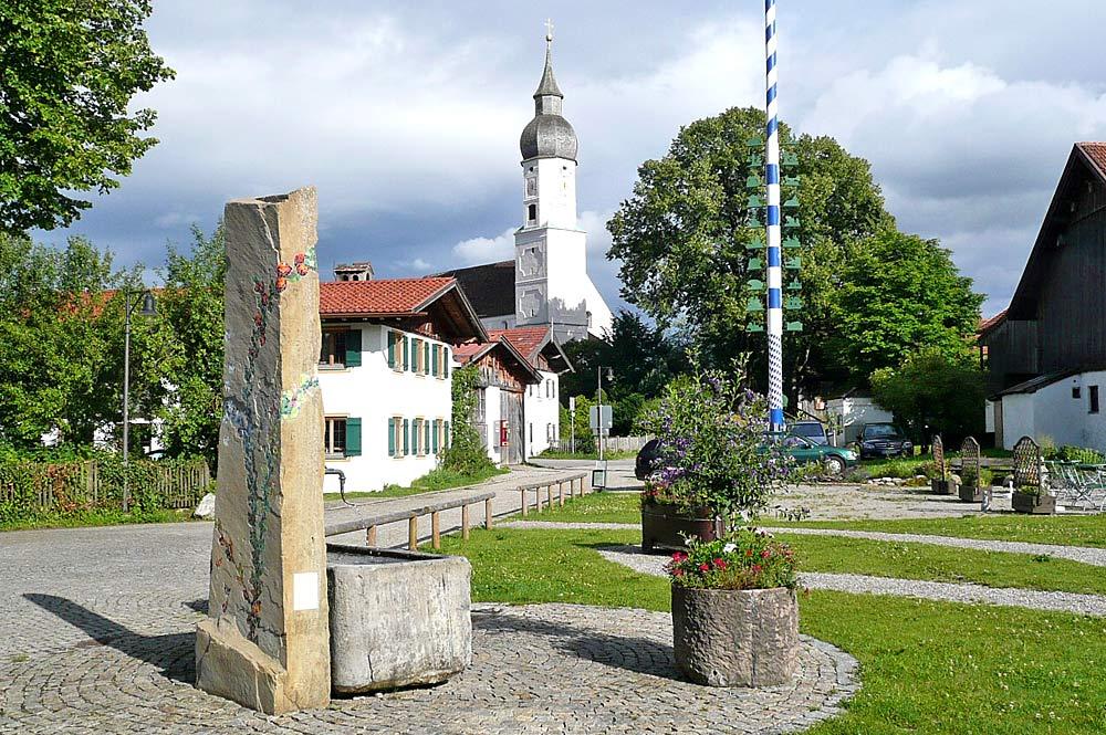 Dorfzentrum von Bad Bayersoien mit Pfarrkirche und Brunnen