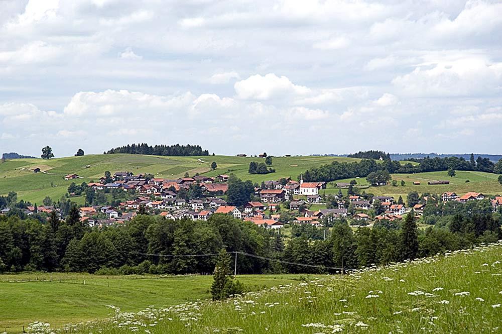Blick von Nordwesten auf die Gemeinde Saulgrub