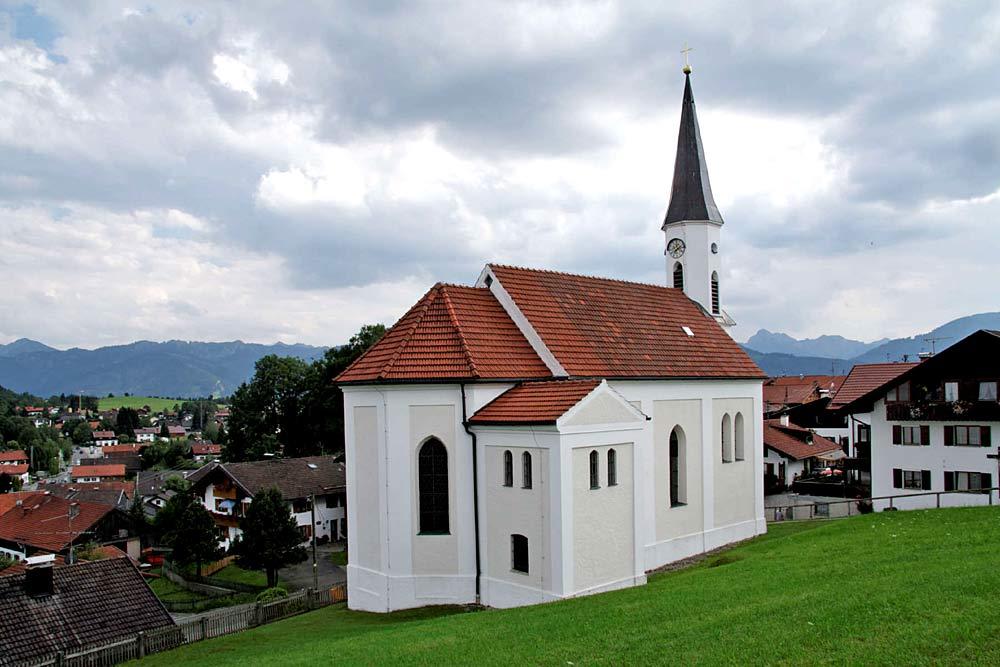 Blick auf die Kirche St. Franziskus in Saulgrub