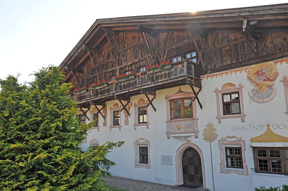 Bauernhaus mit Fassadenmalerei in Schönberg im Stubaital