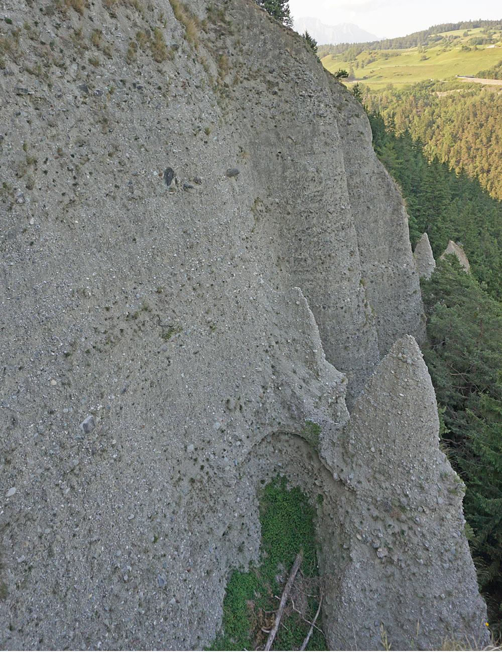 Blick von oben auf die Erdpyramiden am Kleinburgstall bei Schönnberg im Stubaital