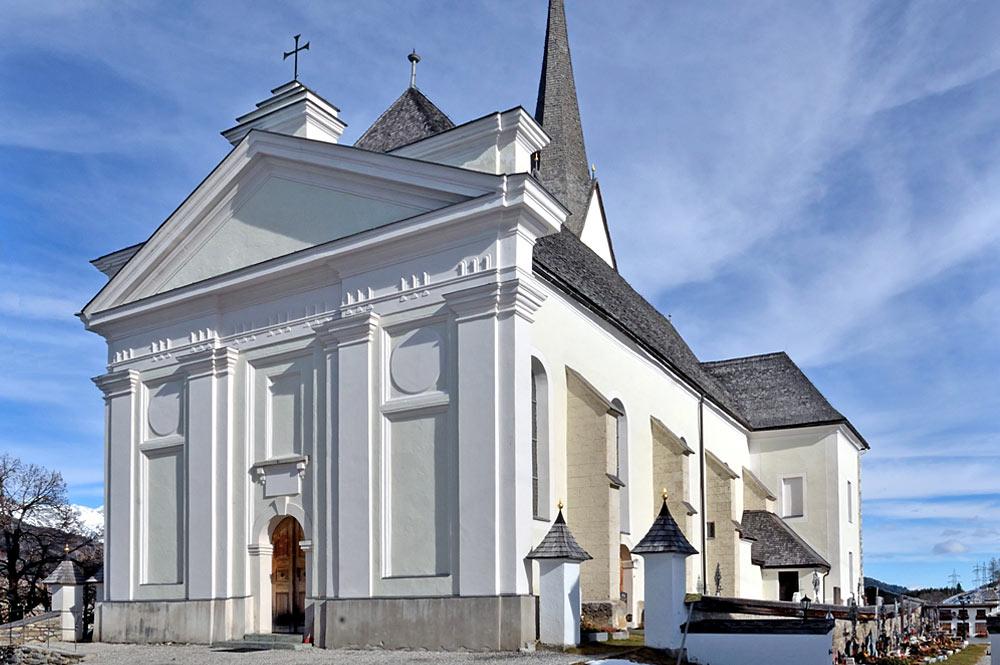Außenansicht der Pfarrkirche St. Laurentius in Embach