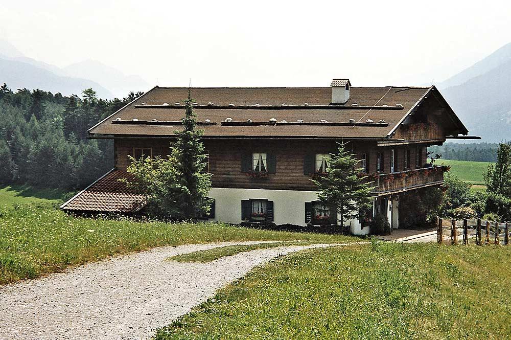 Blick auf das Bergdoktorhaus in Wildermieming