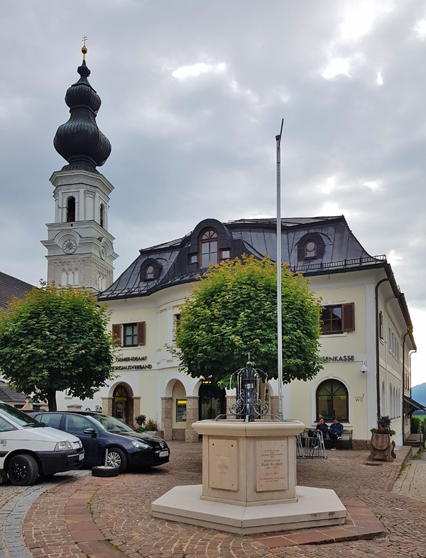 Blick auf die Kirche und einen Platz in Faistenau