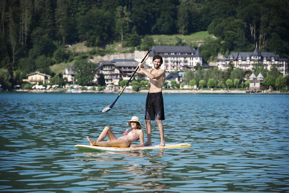 Paar beim Stand Up Paddlen auf dem Fuschlsee