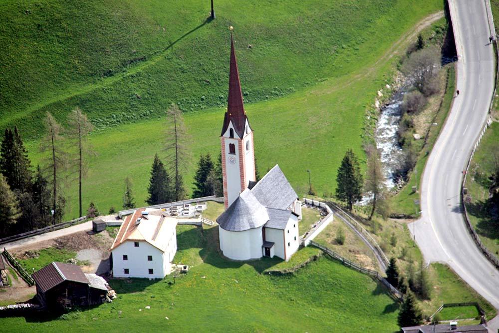 Luftaufnahme der Pfarrkirche St. Sigmund in St. Sigmund im Sellrain