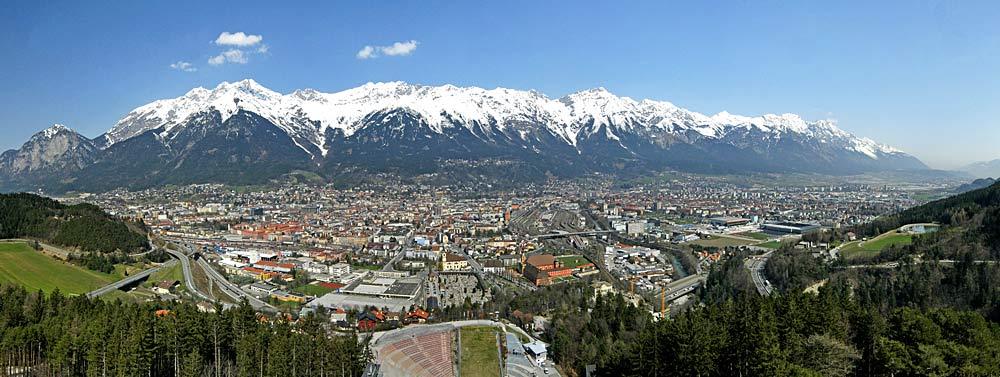 Panoramablick vom Bergisel auf Innsbruck und die Nordkette