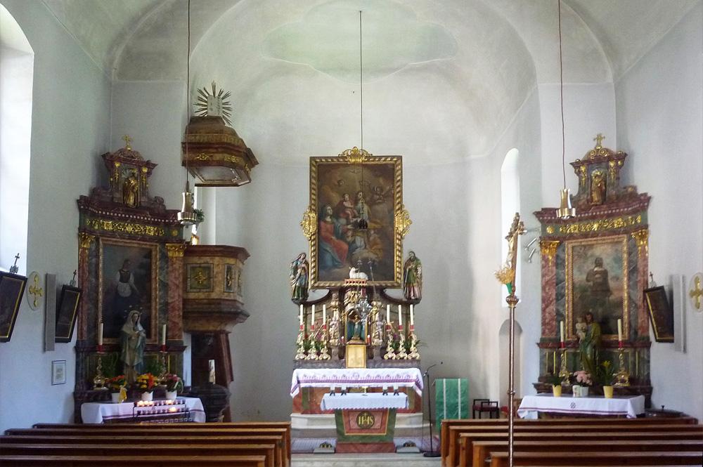 Altarraum in der Pfarrkirche St. Josef in Viehhofen