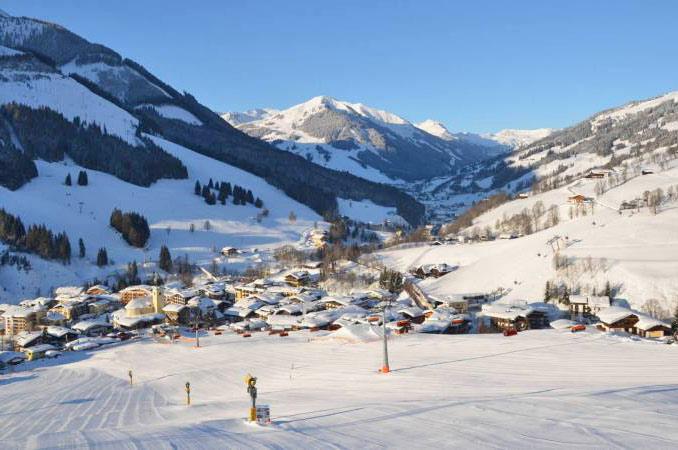 Blick auf das verschneite Viehhofen in Saalbach