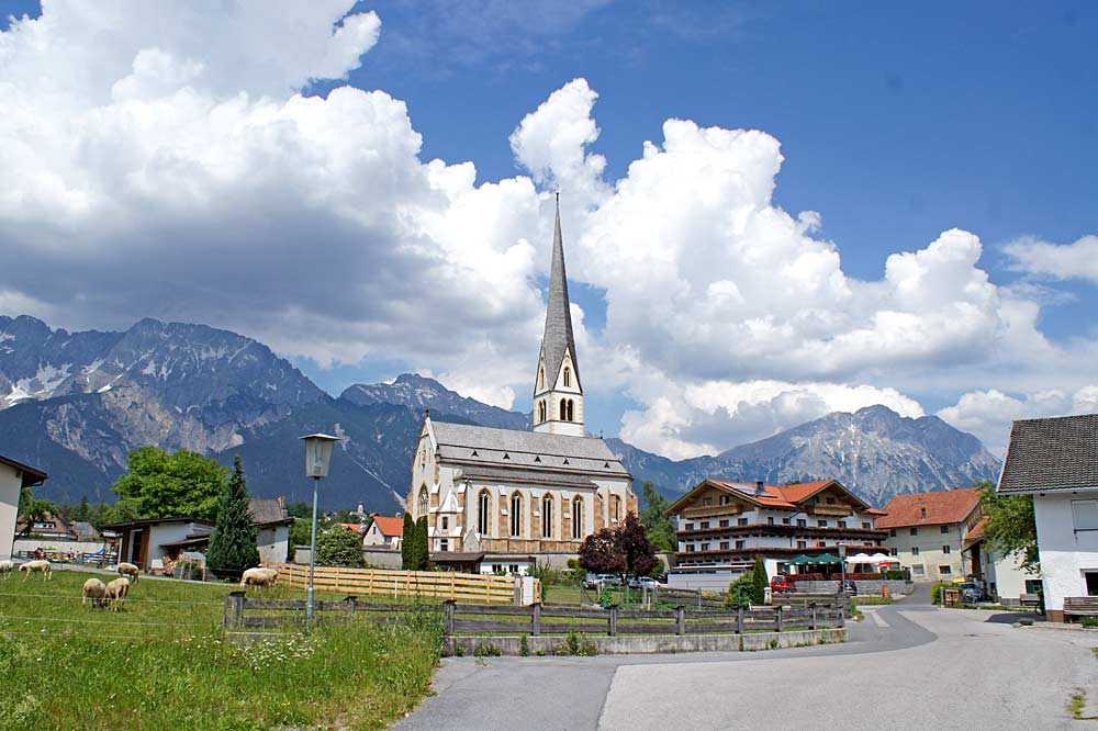 Blick auf die Pfarrkirche Mariä Himmelfahrt in Untermieming
