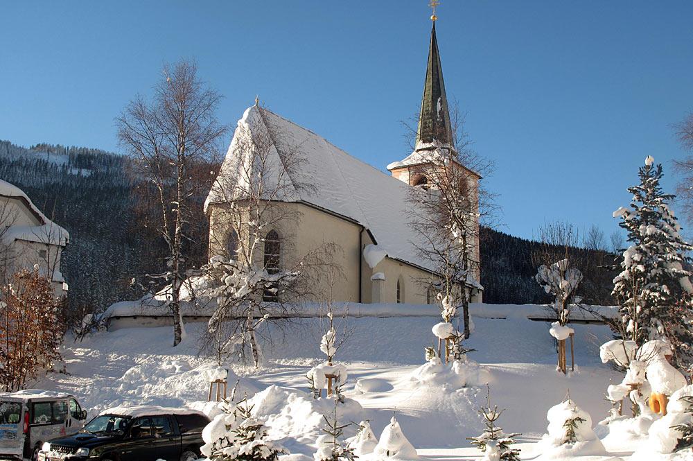 Außenansicht der Wallfahrtskiche Filzmoos m Winter